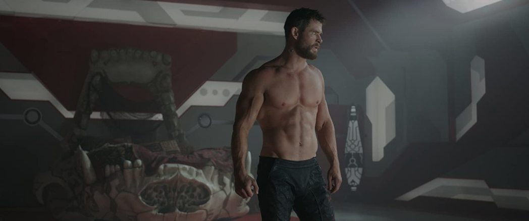克里斯漢斯沃常在「雷神索爾」系列展現強壯體格。圖/摘自imdb