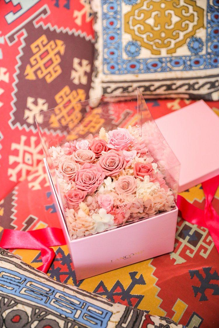 消費滿12,000元,可擁有專屬打造的精緻奢華、超澎拜的「奢華手工永生玫瑰花禮」...