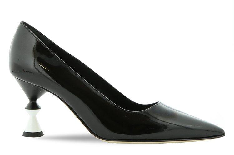 向來少不了建築靈感鞋跟款,35,800元。圖/Manolo Blahnik提供