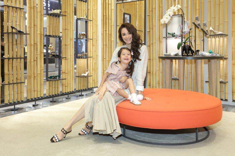 Manolo Blahnik舉行春夏系列發表會,邀請瑞莎和女兒Nika一同出席,...