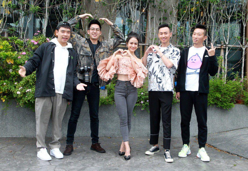 八弟蕭志瑋(左起)、小林賢伍、艾美、Max和阿傑聯手主持「上山下海過一夜」。圖/