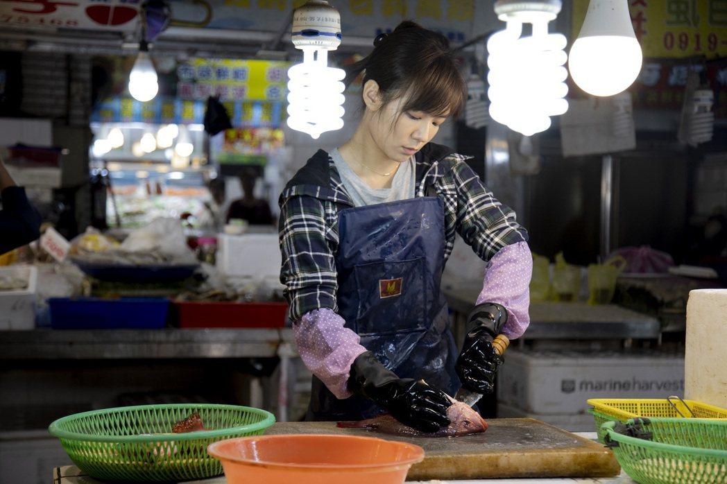 李又汝在「無主之子」中飾演魚販「小蘭」,還特地拍攝前一個月學殺魚。圖/民視提供