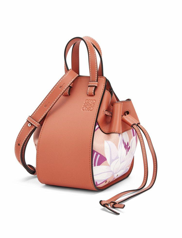 鮭魚粉迷你小牛皮肩背提包,售價56,000元。圖/LOEWE提供