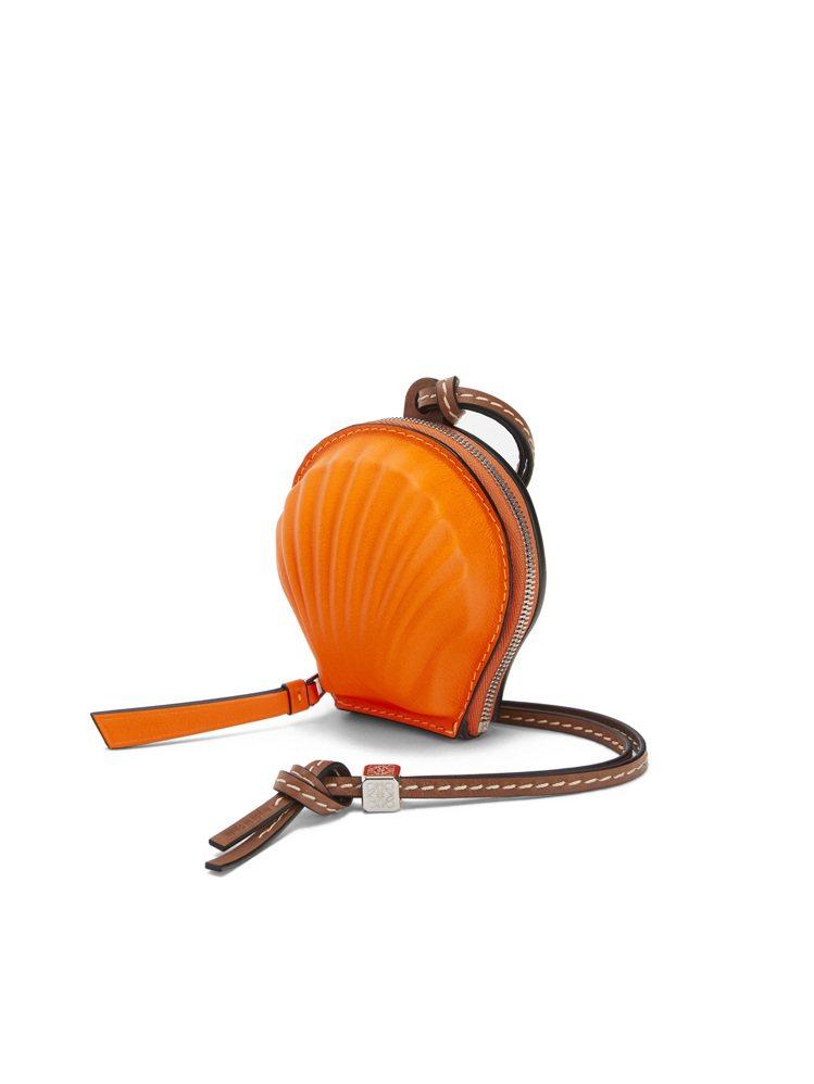 螢光橘小牛皮貝殼造型迷你包,售價21,000元。圖/LOEWE提供