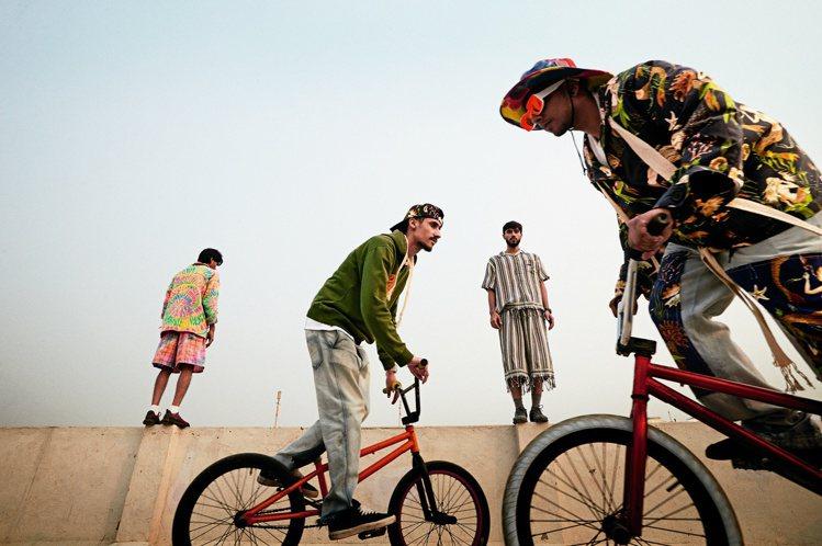 模特兒在屋頂騎BMX單車,表現LOEWE Paula's Ibiza系列的享樂主...