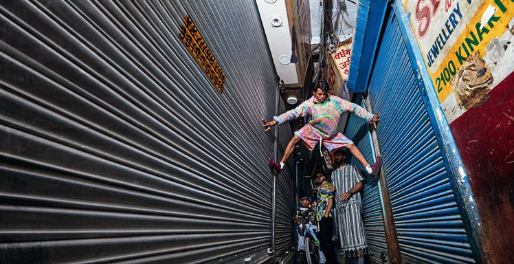 LOEWE Paula's Ibiza系列遠赴印度首都新德里拍攝目錄,視覺鮮明且...