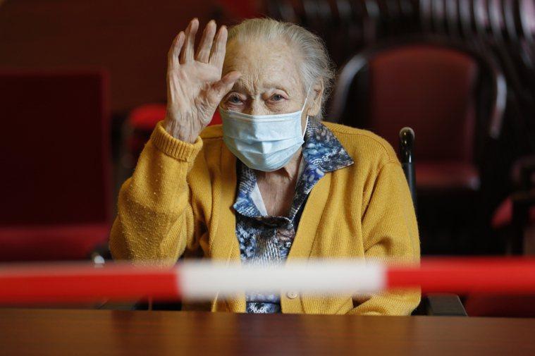醫師表示,新冠肺炎高齡患者發病時可能僅出現非典型症狀。圖為長者示意圖。(美聯社)