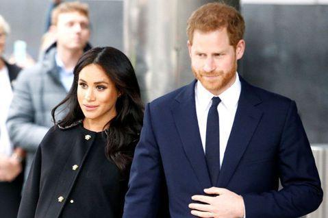 英國哈利王子和妻子梅根在上個月底離開英國、脫離皇室重要成員身分,近日已經在洛杉磯落腳,也被拍到擔任義工幫忙無助者送餐食,兩人也都記得要遮住口鼻自我保護,但看似有能力對旁人伸出援手,其實他們自己也感到...
