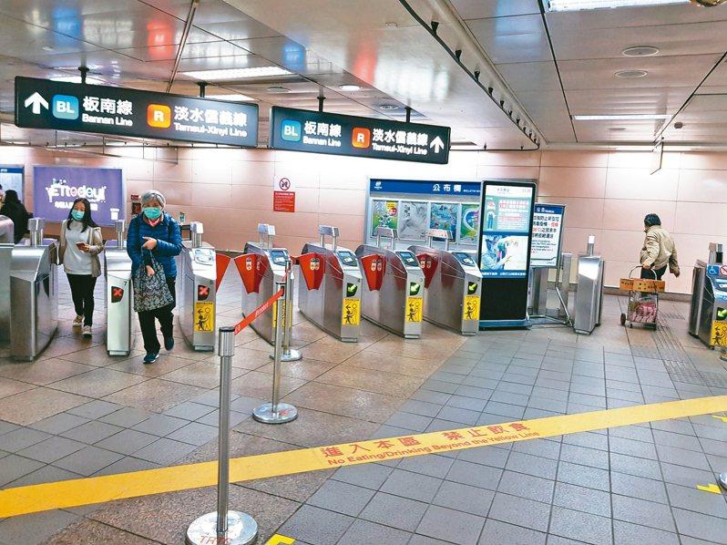 原本每日達200萬運量的台北捷運,如今運量大減,推估今年度收支恐出現年度赤字。 記者翁浩然/攝影