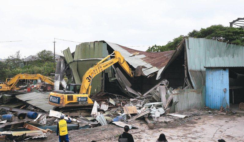 新北市昨上午拆除五股垃圾山違建「鑫順工程行」。 記者潘俊宏/攝影