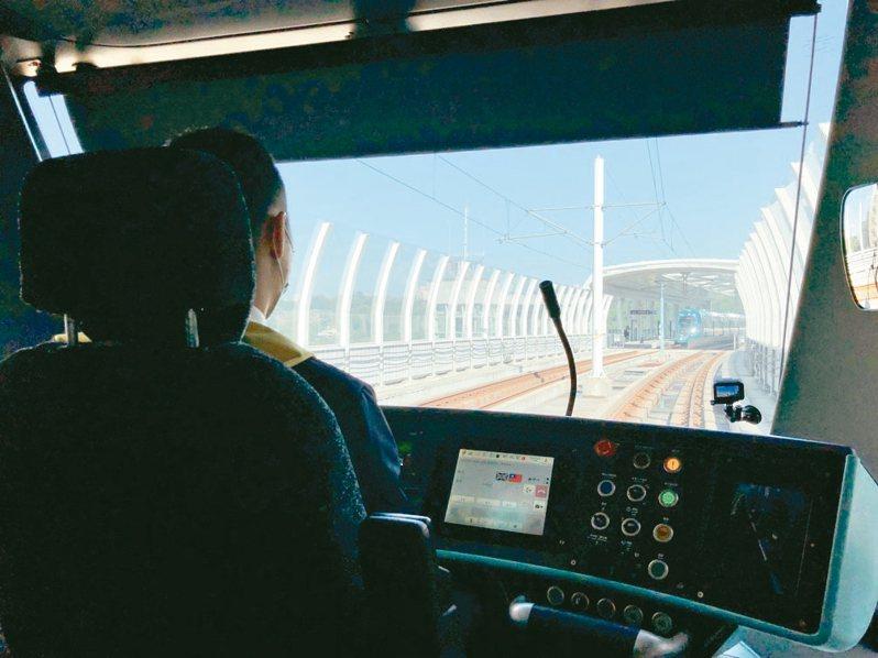新北淡海輕軌綠山線通車滿1年後,藍海線第一期目前正測試列車跨線等項目,預計今年底通車。 圖/新北捷運局提供