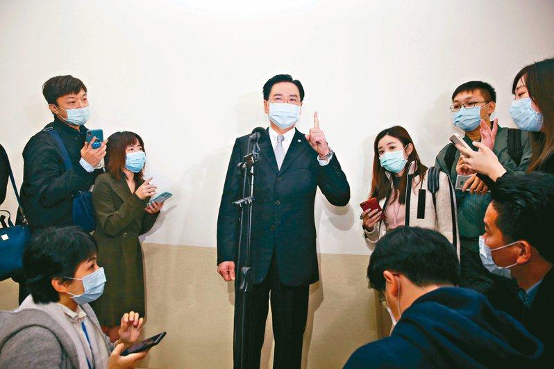 對於「口罩外交」引發爭議,外交部長吳釗燮(中)說,送給外國口罩都是為了幫忙防疫,沒有政治目的。 記者邱德祥/攝影