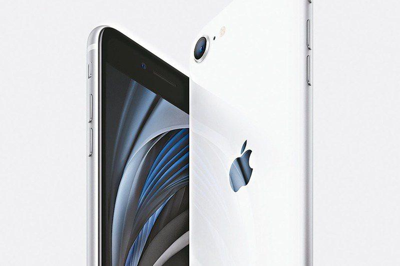 iPhone SE今天在台開賣。 (美聯社)