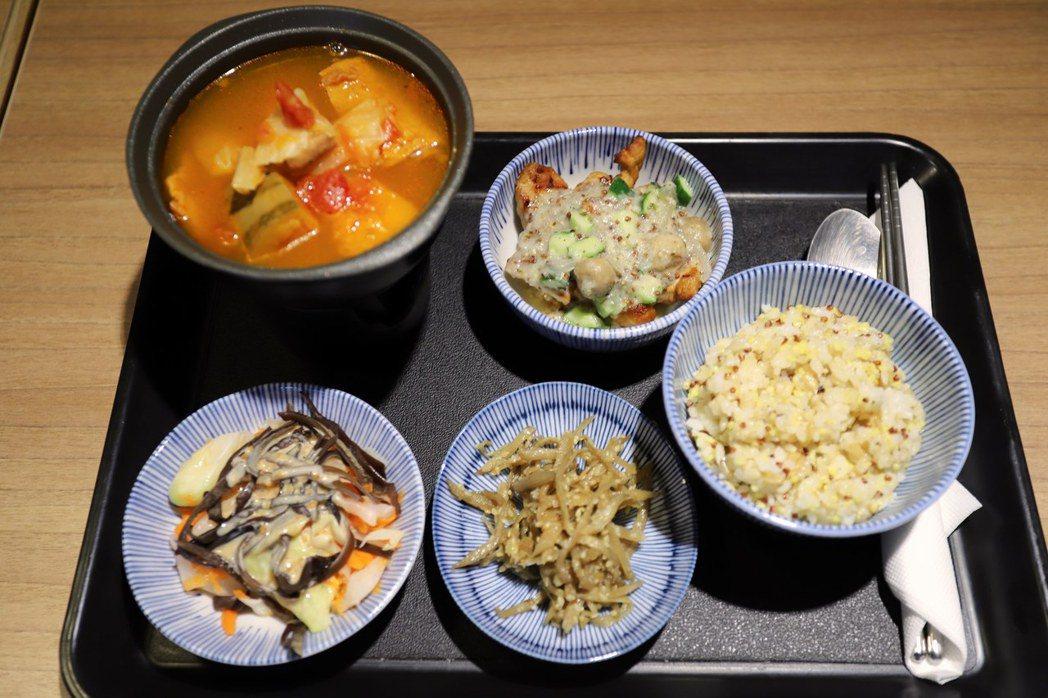 暖時光餐點結合中、西養生思維,不添加其他調味、防腐劑,中央廚房通過衛生主管機關H...