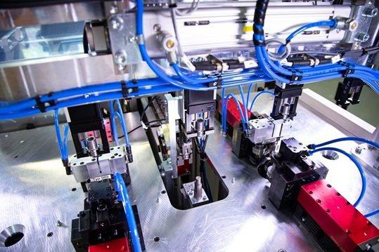 Zimmer Group提供整套夾爪系統,包括四支夾爪,機架結構以及配線裝置。 ...