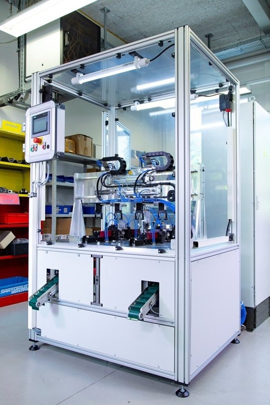 電池端子自動打磨工具由以下部份組成:內建驅動裝置的機架、裝配各種滾輪的機台底座、...