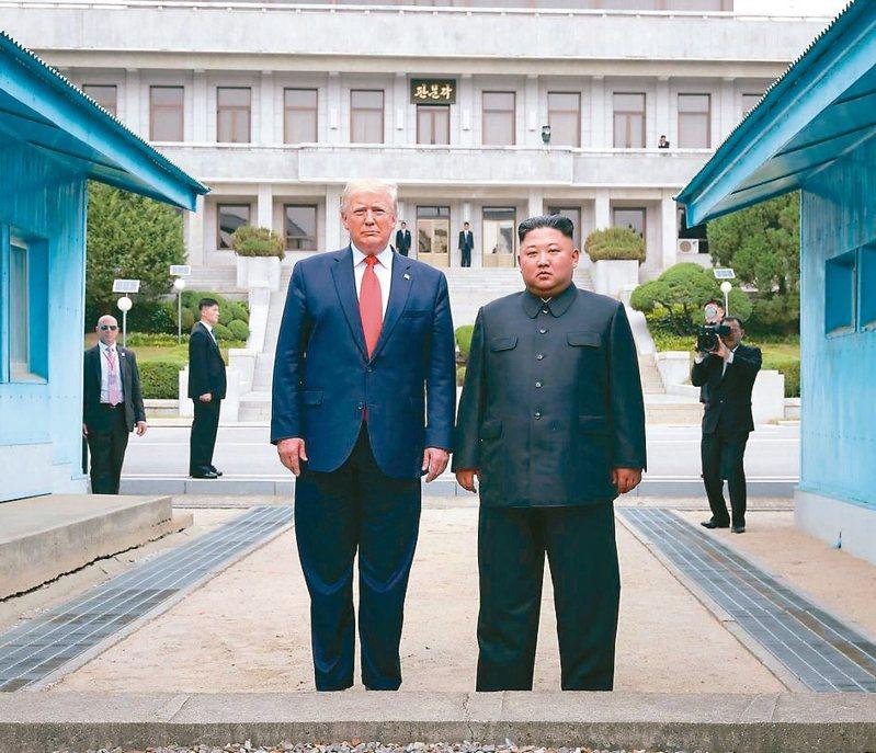 去年6月30日,美國總統川普(左)與北韓最高領導人金正恩在板門店第三次會晤。 法新社