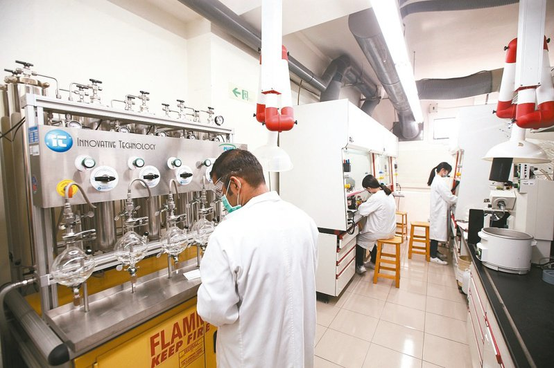 圖為中研院化學所實驗室開放採訪,解說合成瑞德西韋的過程。 圖/聯合報系資料照片