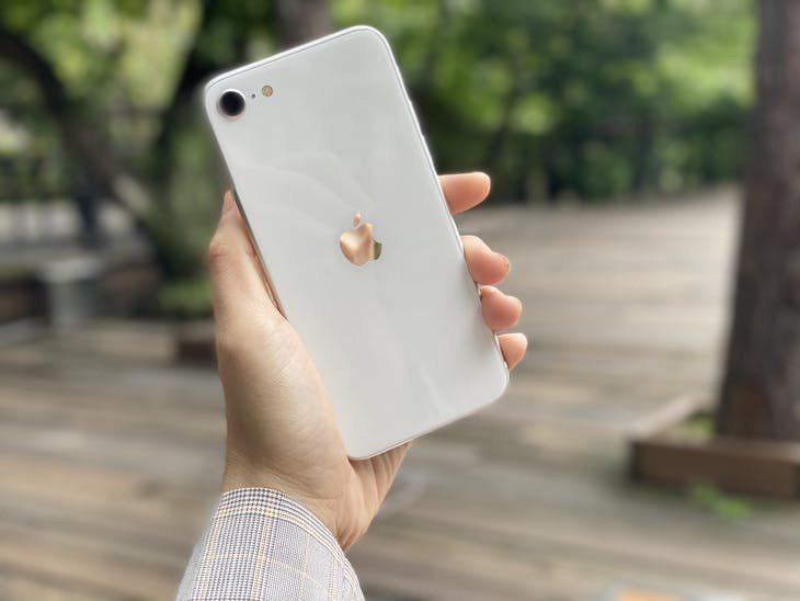如果想要輕薄 質量兼備第二代 iPhone SE 是個好選擇