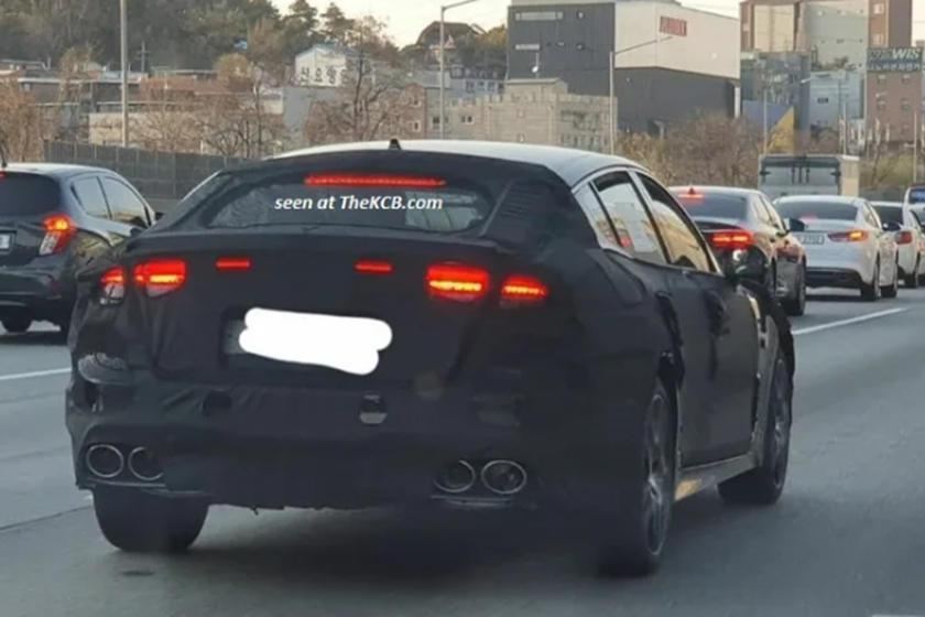 小改款Kia Stinger GT配置了大型排氣尾管。 摘自Korean Car...