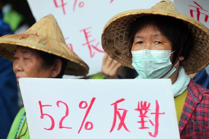 「社子島自救會」成員到台北市政府門口請願,要求市議會凍結開發執行預算。 圖/聯合...