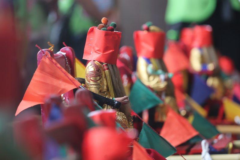 「社子島自救會」帶著以紅布矇眼的土地公到台北市政府門口請願,希望市長柯文哲不要再...