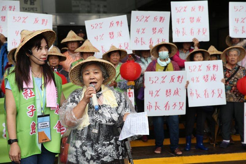 「社子島自救會」到台北市政府門口請願,居民表達反對徵收、重擬主計畫及落實居民參與...
