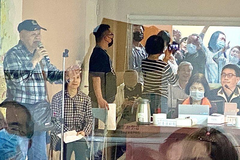 台北市政府都市計畫委員會審查「士林社子島地區細部計畫案」修正案,自救會成員在旁聽...