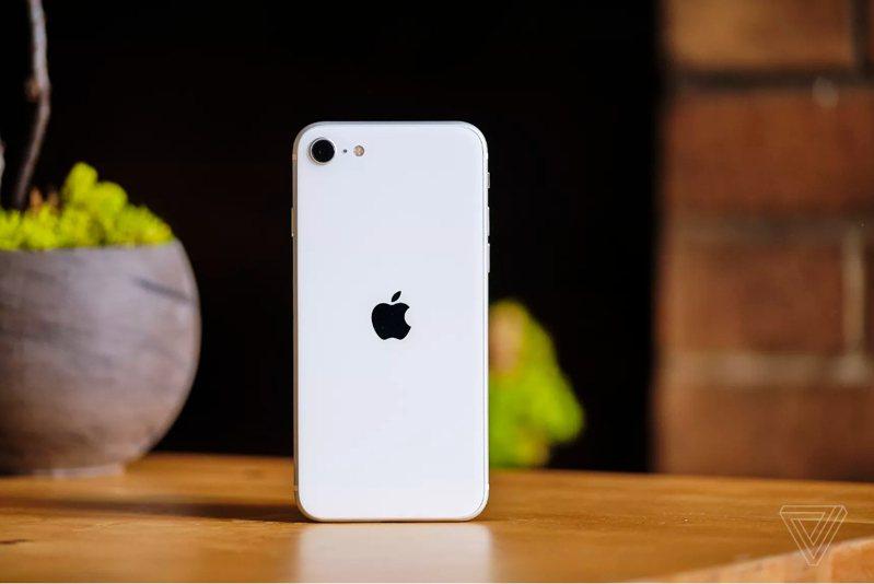 外媒評測新iPhone SE拍照功能媲美iPhone 11。圖擷自《The Verge》