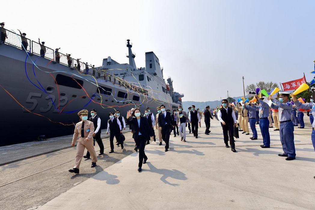 圖為4月9日,總統、國防部長、參謀總長及官兵代表前往碼頭歡迎敦睦支隊返台。 圖/...