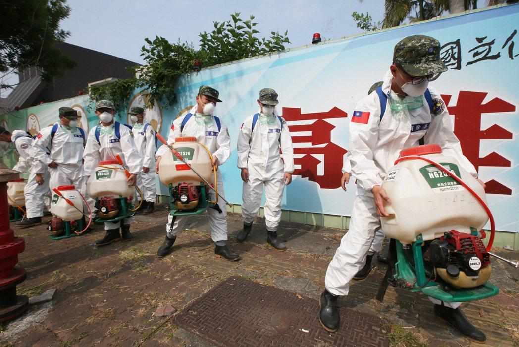 敦睦艦隊出現確診病例後,國軍出動化學兵在軍區外大消毒。 圖/聯合報系資料照