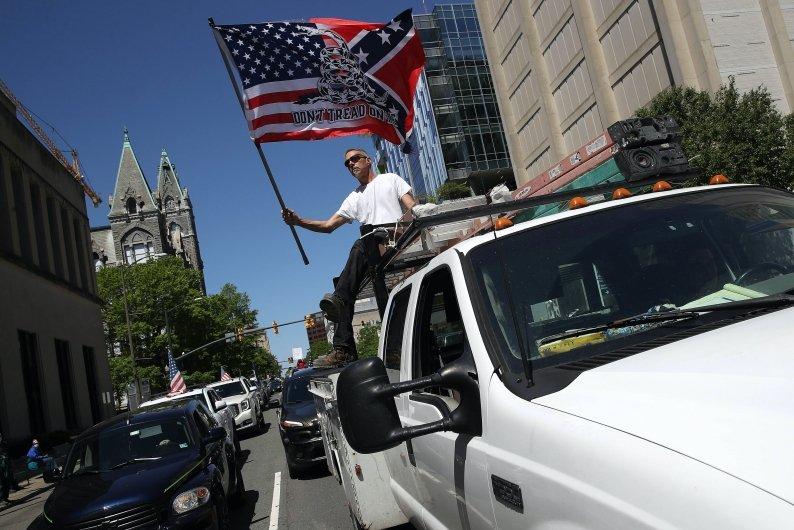 美國密西根、明尼蘇達、維吉尼亞等州,已出現上街抗議,要求政府解禁。 圖/法新社
