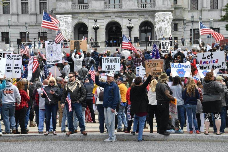 美國民眾上街抗議要求解禁。 圖/法新社
