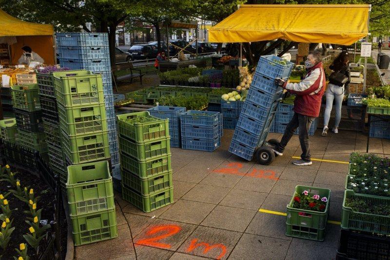 捷克開放小農市場、汽車經銷店和一些小企業復工。 圖/法新社