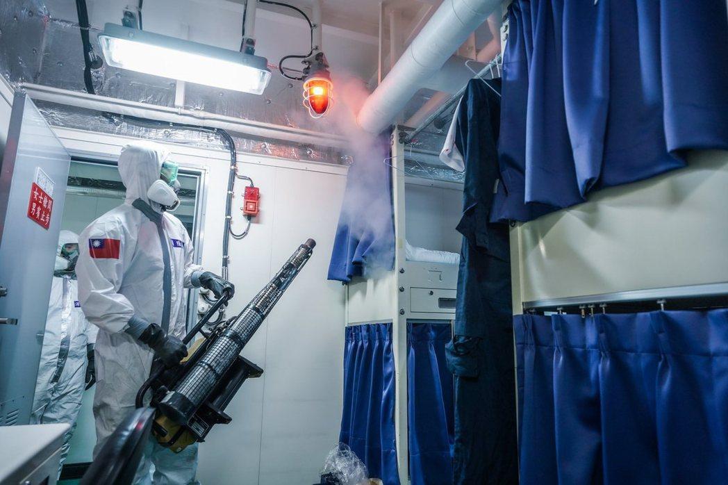 陸軍39化學兵群至磐石軍艦執行消毒作業。 圖/取自中華民國海軍