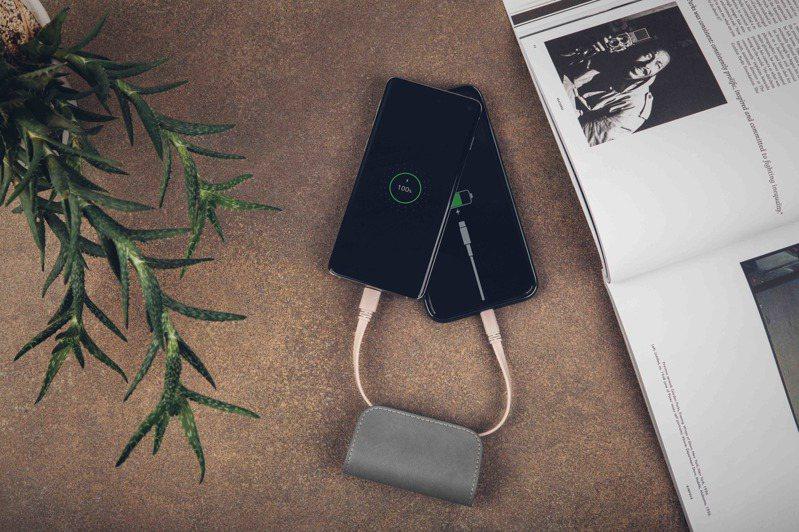 Moshi全新IonGo 5K Duo雙向充電帶線行動電源,獨家晶片設計,可一次滿足USB-C、iOS兩種裝置。圖/Moshi提供