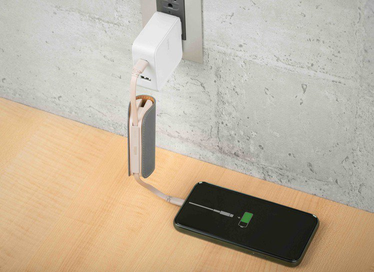 Moshi 全系列行動電源採智慧同充同放電路設計,能有效分配電流為手機及裝置充電...