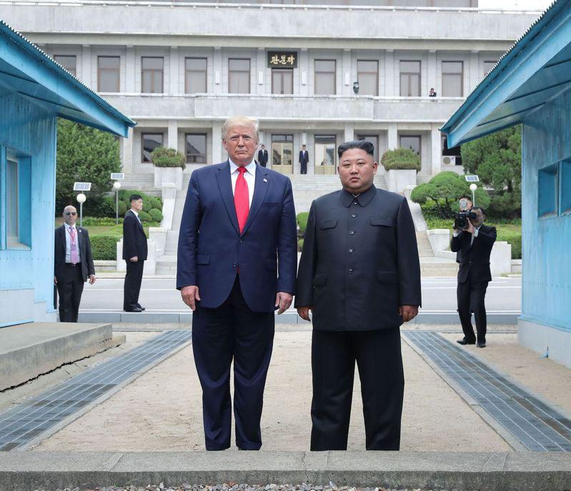 圖為去年6月30日,美國總統川普與北韓最高領導人金正恩在板門店第三次會晤。法新社