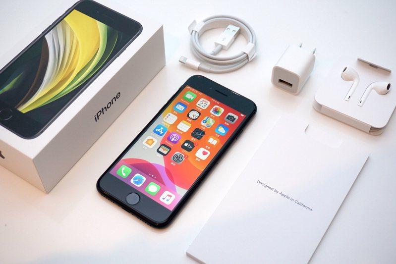 新款iPhone SE出廠預裝的是iOS 13.4系統,用戶可以直接進行升級。記者黃筱晴/攝影