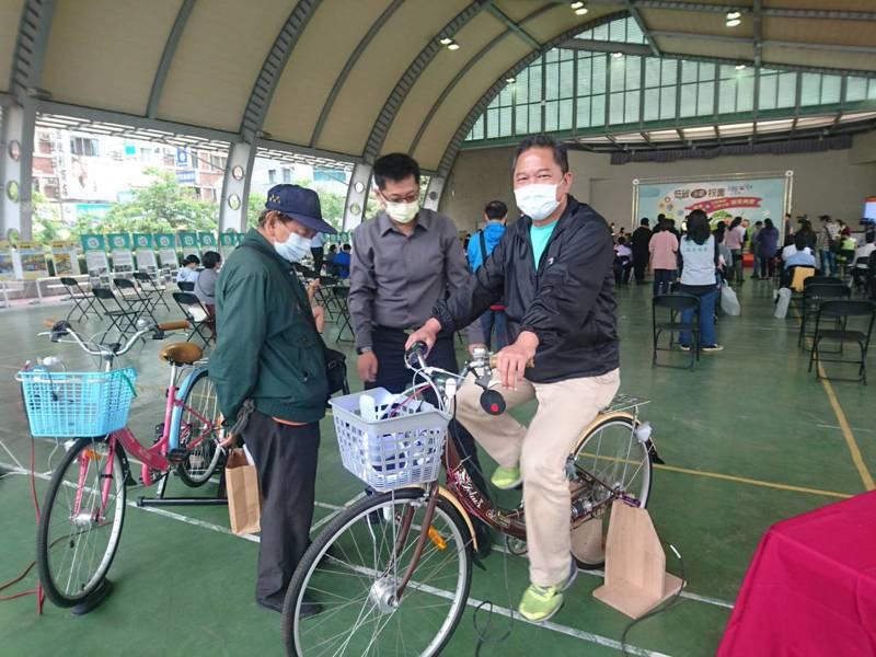 台南市教育局今天舉行低碳示範校園標章認證暨公民節能行動方案頒獎典禮,現場放置發電腳踏車供體驗。記者鄭惠仁/攝影