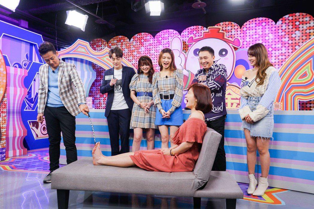 徐乃麟(左)用愛的小手幫謝忻「打腳底板改運」。圖/狼谷競技提供