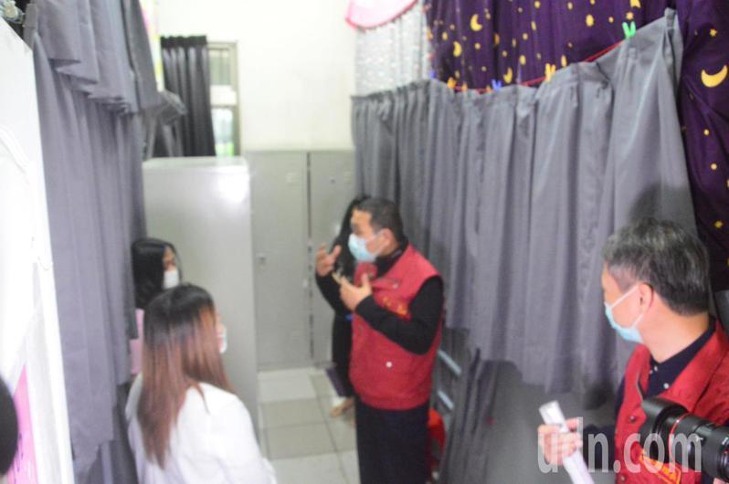 新北市長侯友宜(右二)突襲檢查中和區一處移工宿舍,了解防疫情況。記者施鴻基/攝影