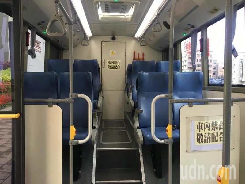 新冠肺炎疫情衝擊,桃園市區公車載客量減少1成5至3成不等。記者張裕珍/攝影