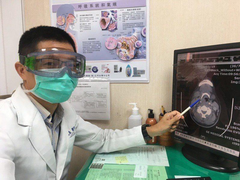 耳鼻喉科醫師賴文森提醒民眾若感冒久未改善、頸部腫痛、吞嚥呼吸困難,應盡早就醫檢查與治療。圖/南投醫院提供