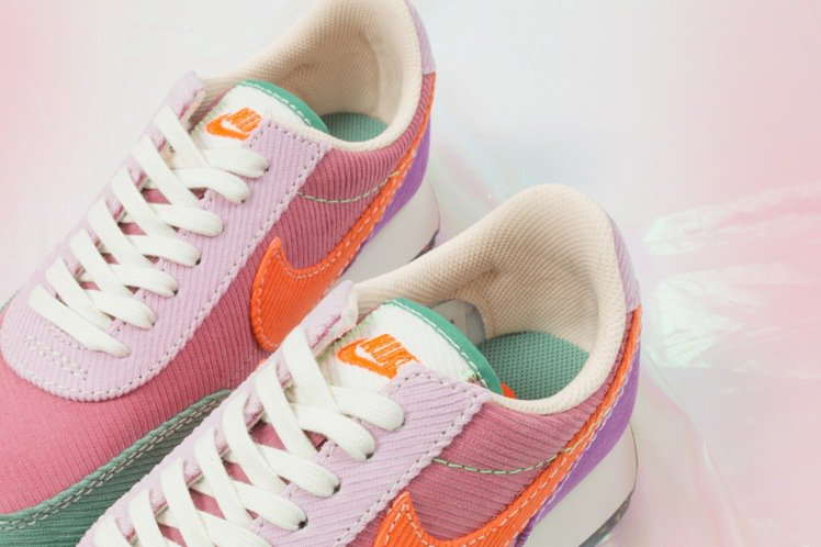 Nike新款Daybreak鞋,包括鞋身、鞋舌、Logo的配色都不同,有撞色的巧...