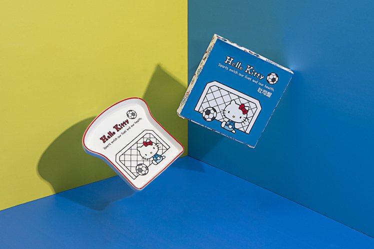 Hello Kitty足球系列吐司盤原價500元,會員預購價339元。圖/生活工...