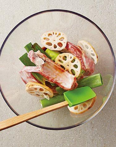 蔥燒豬肋排:跟蔥、蓮藕拌勻。圖/台灣廣廈提供