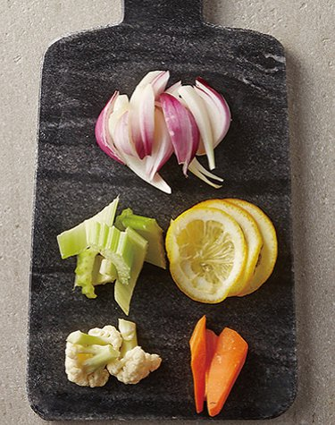 地中海風海鮮料理:西洋芹斜切,迷你紫洋蔥切成1公分寬,檸檬切片,紅蘿蔔、花椰菜也...
