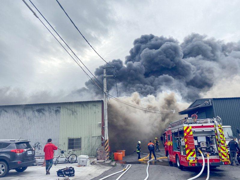 台北市北投區承德路七段一處巷內的3座鐵皮屋工廠正全面燃燒。記者蔡翼謙/翻攝
