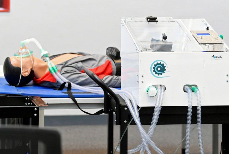 一個呼吸器原型17日在荷蘭測試。(路透)